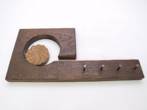 Cuelga llaves con estela tallado en madera de roble