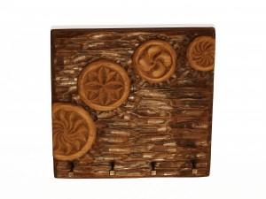 Cuelga llaves con diferentes estelas tallado en madera de roble