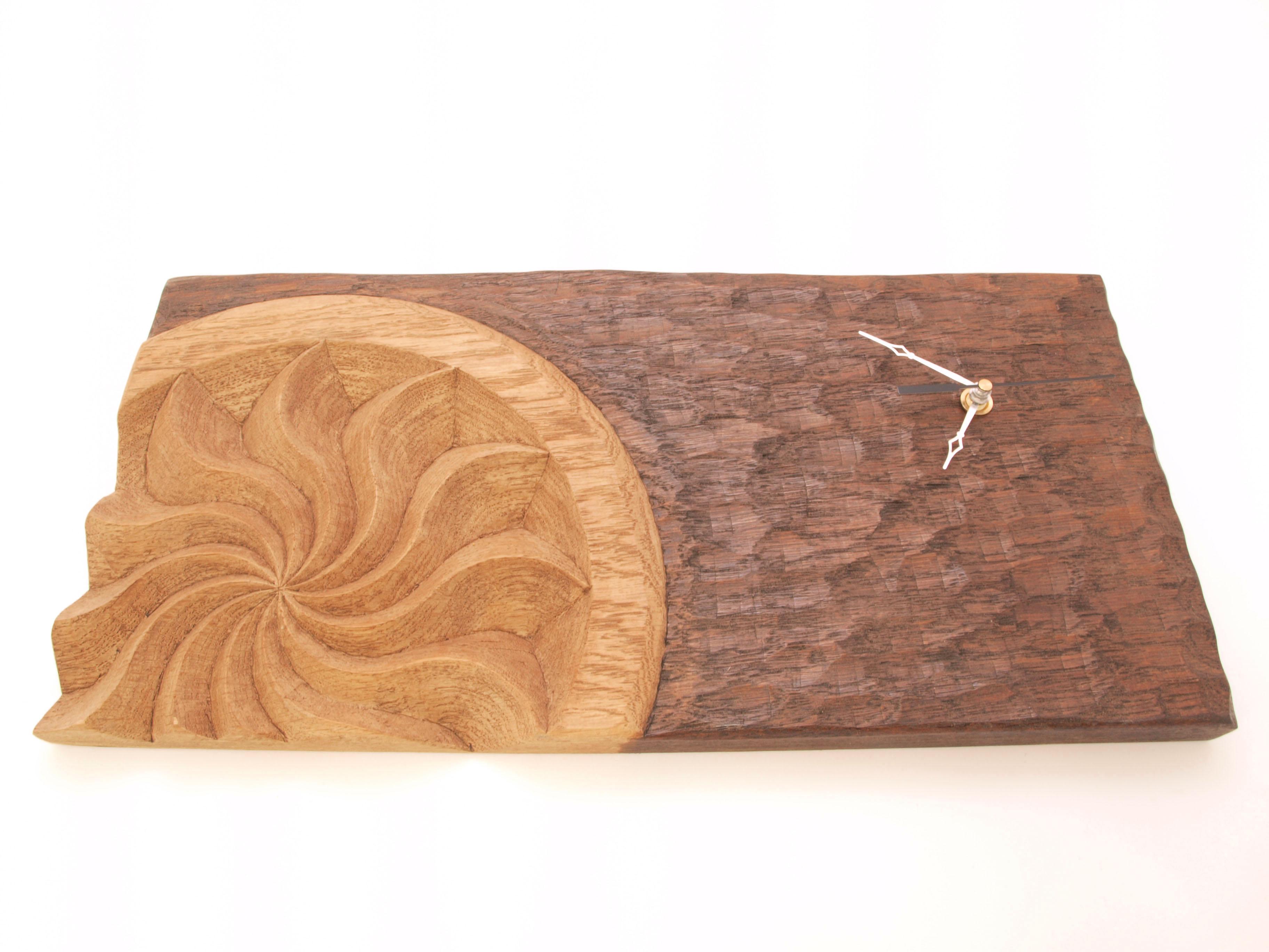 Reloj con estela tallado en madera de roble en altorrelieve