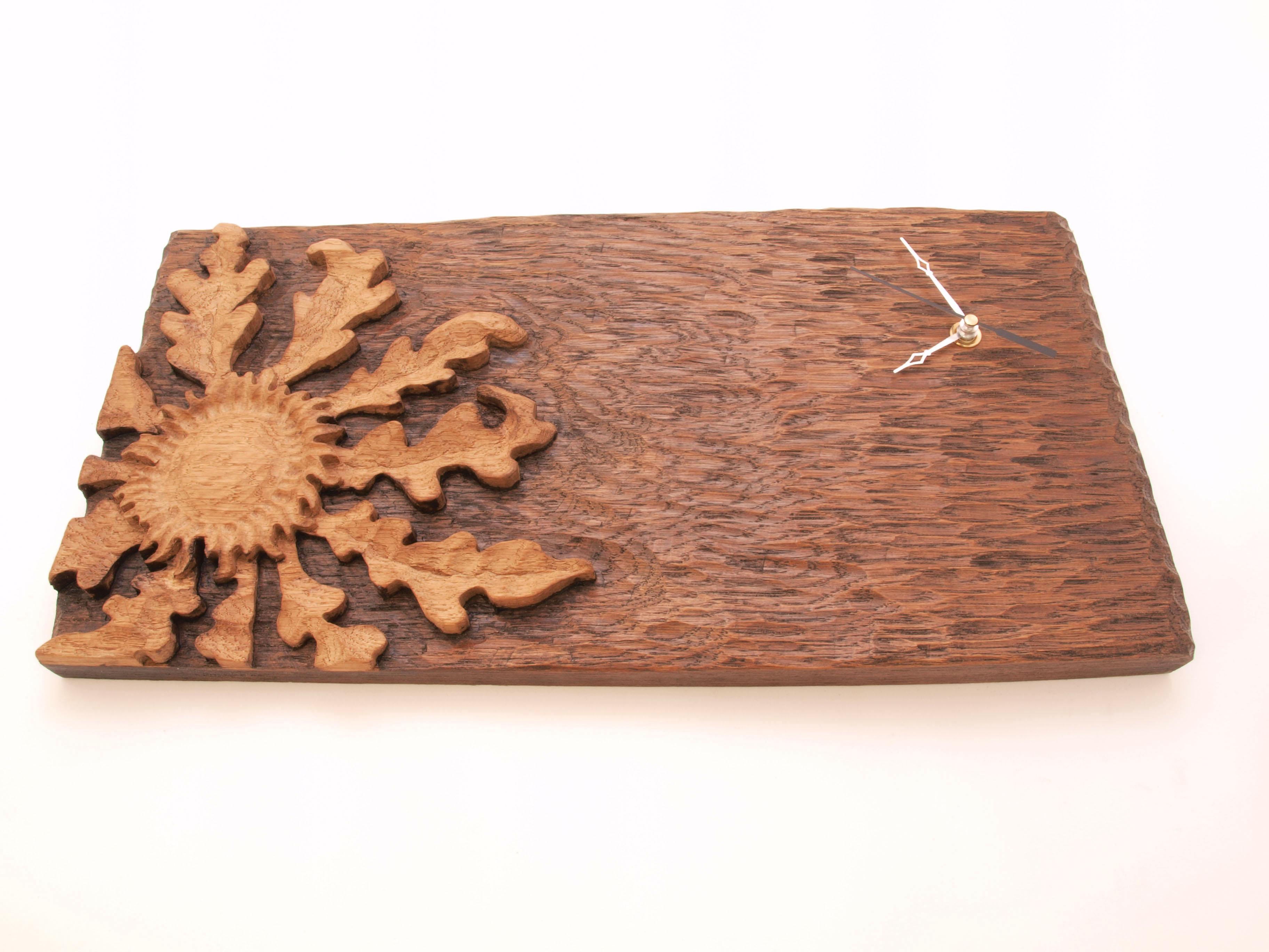 Reloj con eguzkilore tallado en madera de roble en altorrelieve