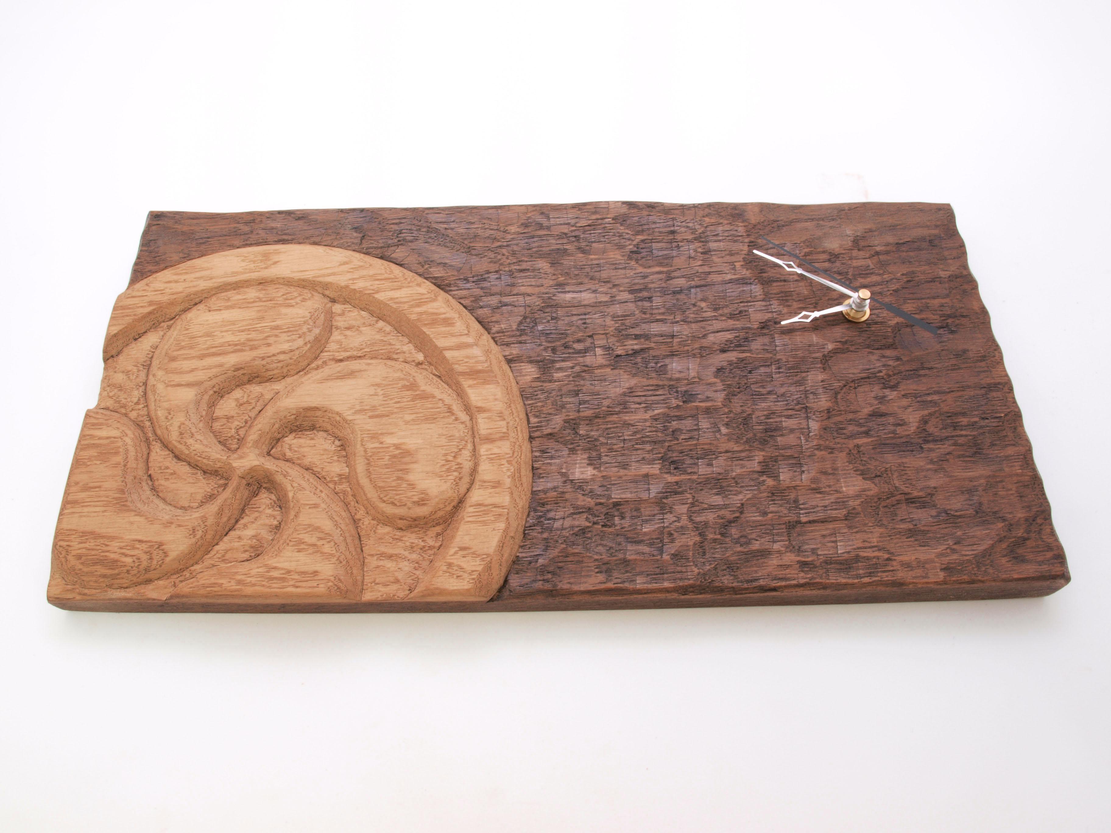 Reloj con lauburu tallado en madera de roble en altorrelieve