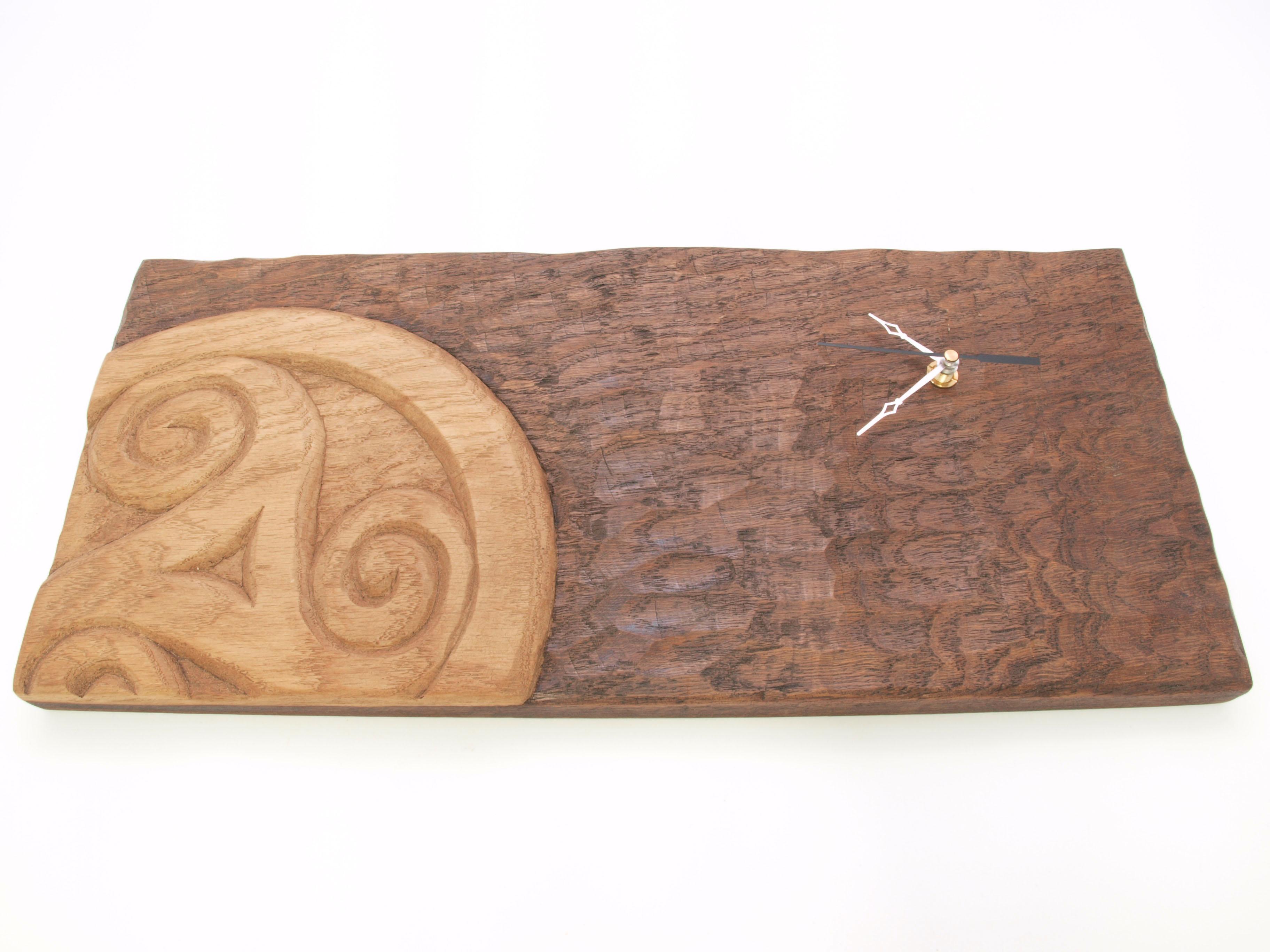 Reloj con triskel tallado en madera de roble en altorrelieve