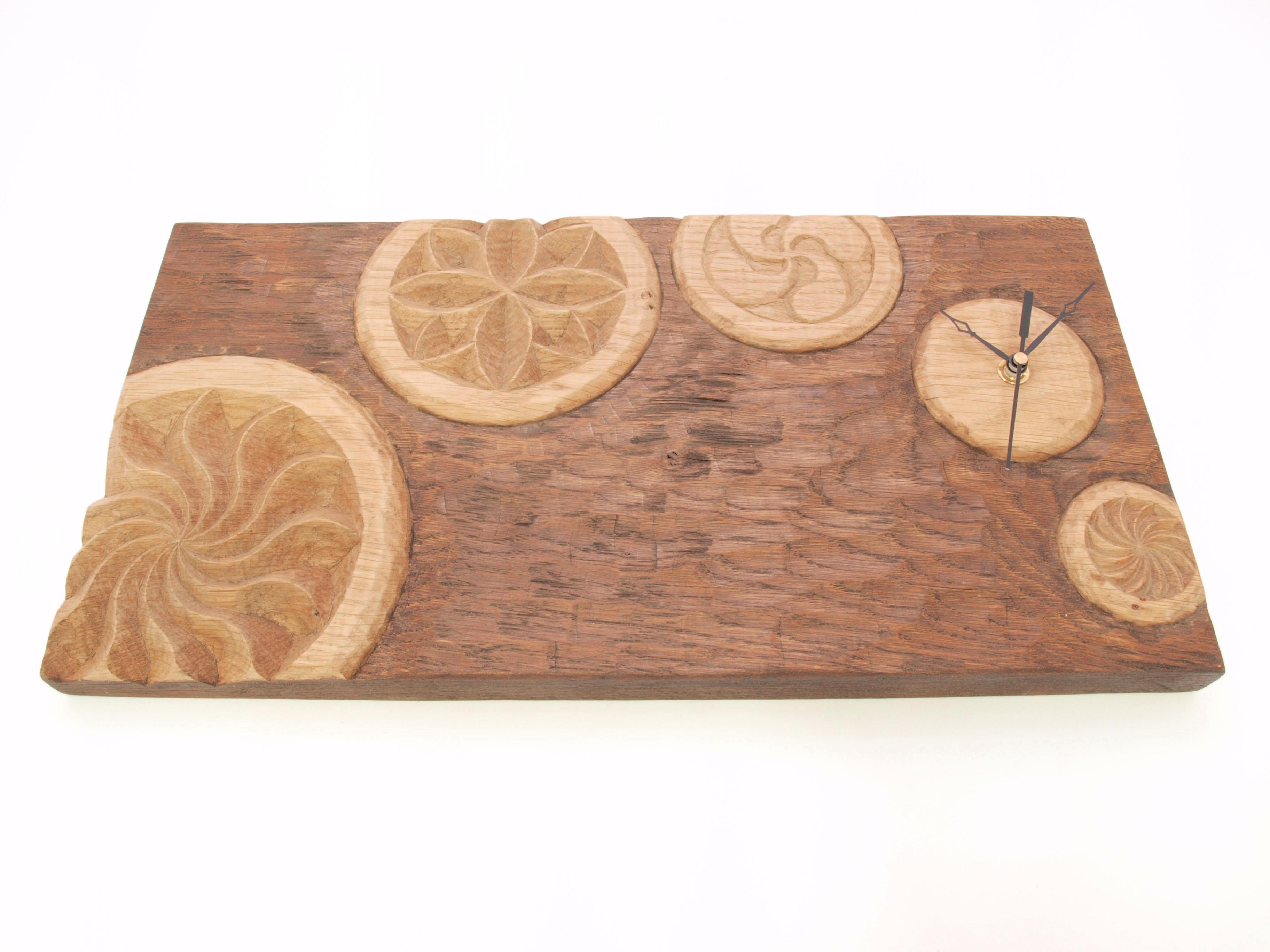 Reloj con diferentes estelas tallado en madera de roble en altorrelieve