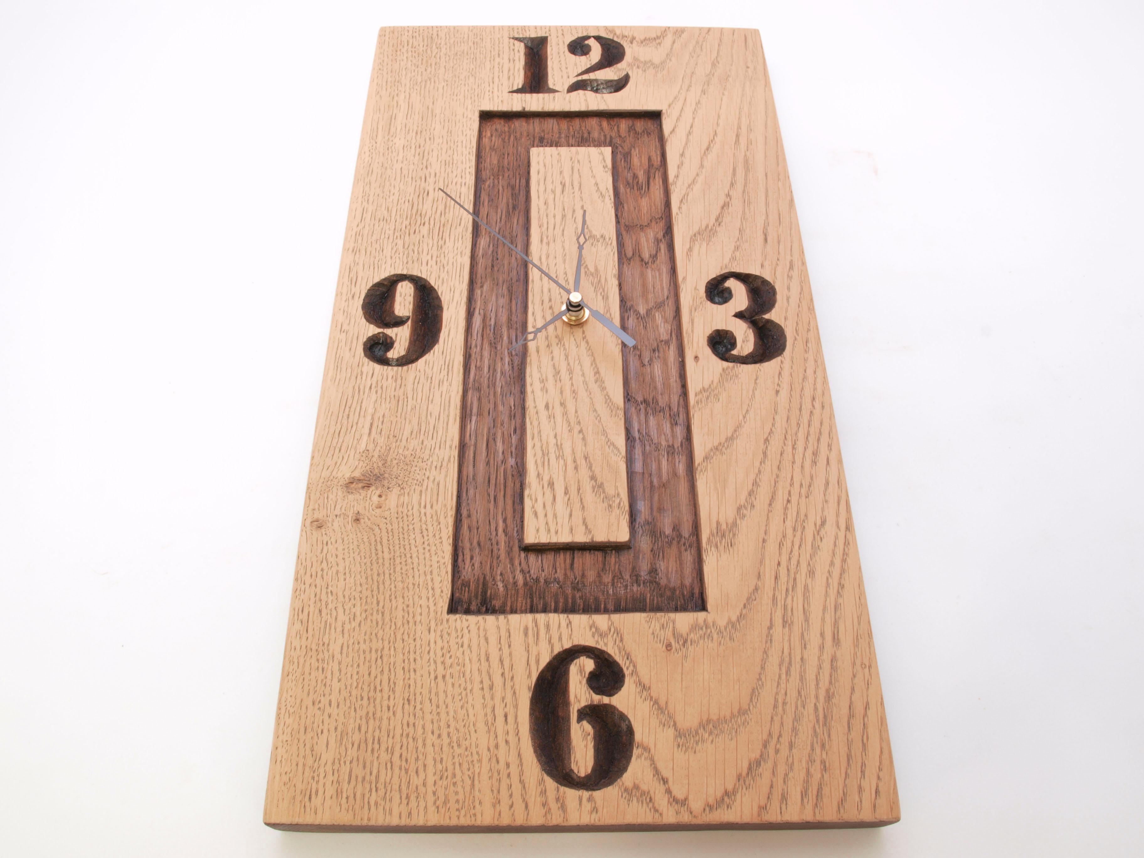 Reloj tallado en madera de roble en bajorrelieve