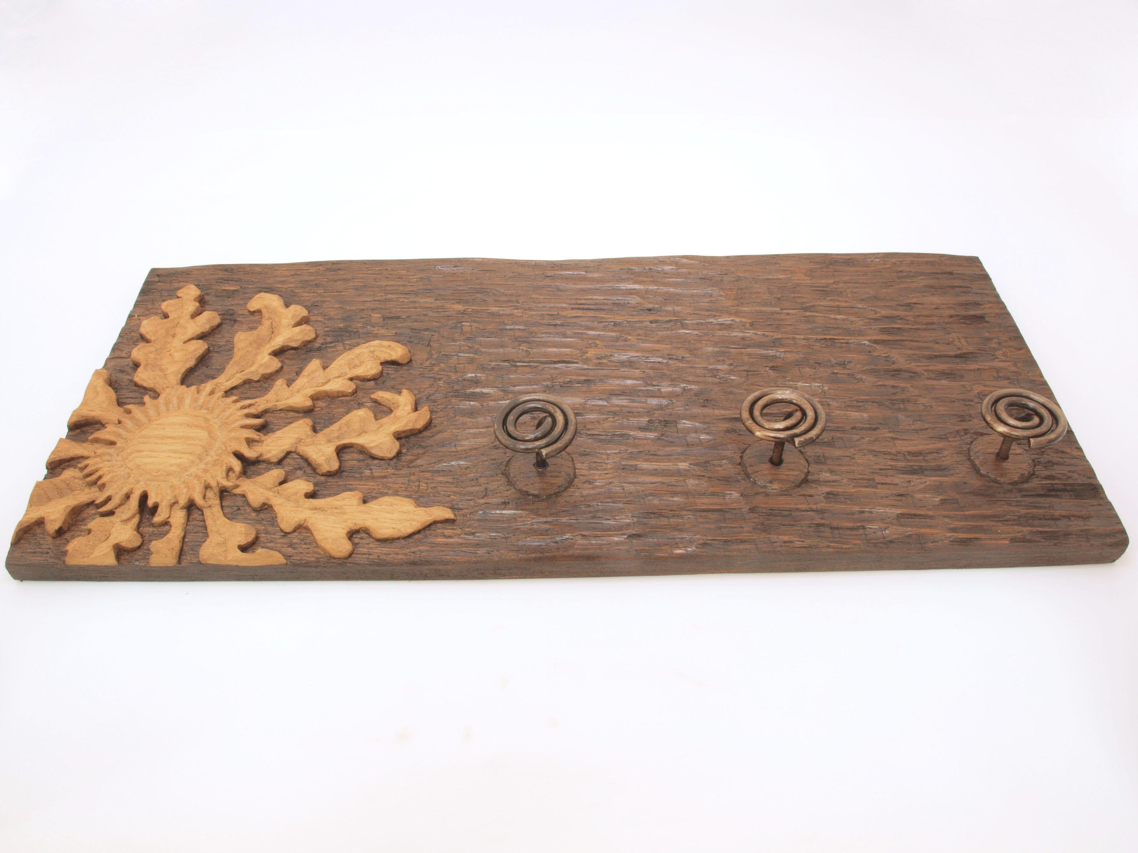 Perchero con eguzkilore tallado en madera de roble en altorrelieve