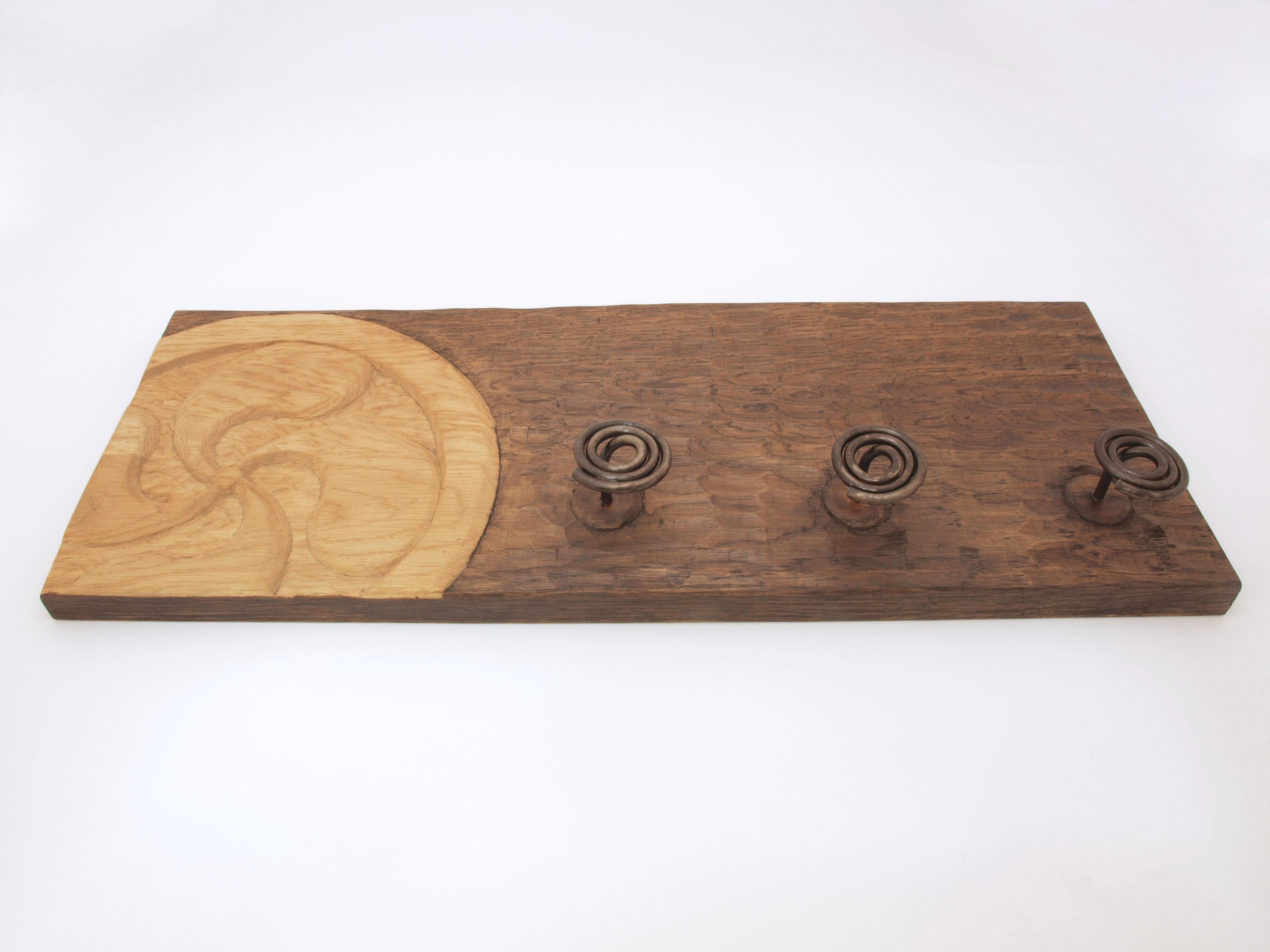 Perchero con lauburu tallado en madera de roble en altorrelieve