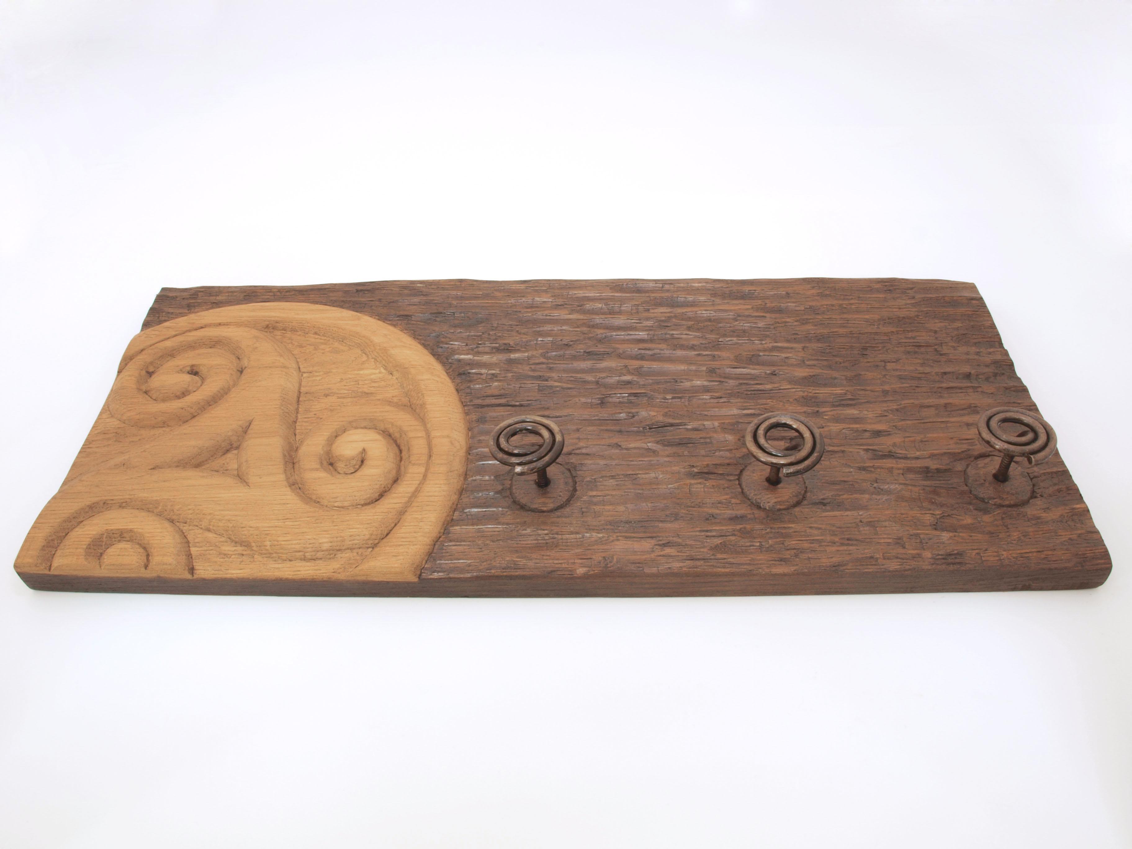 Perchero con triskel tallado en madera de roble en altorrelieve