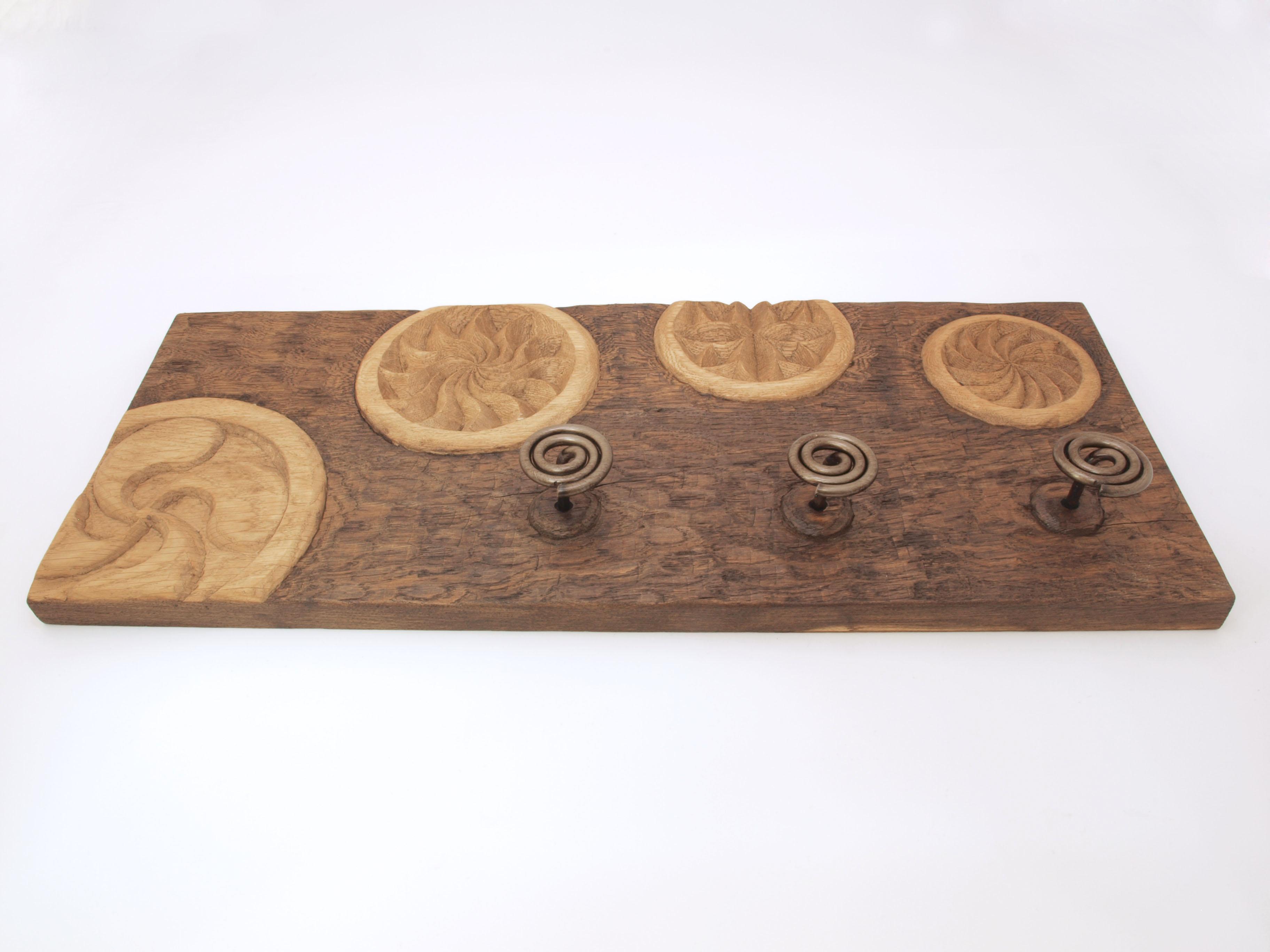 Perchero con diferentes estelas tallado en madera de roble en altorrelieve