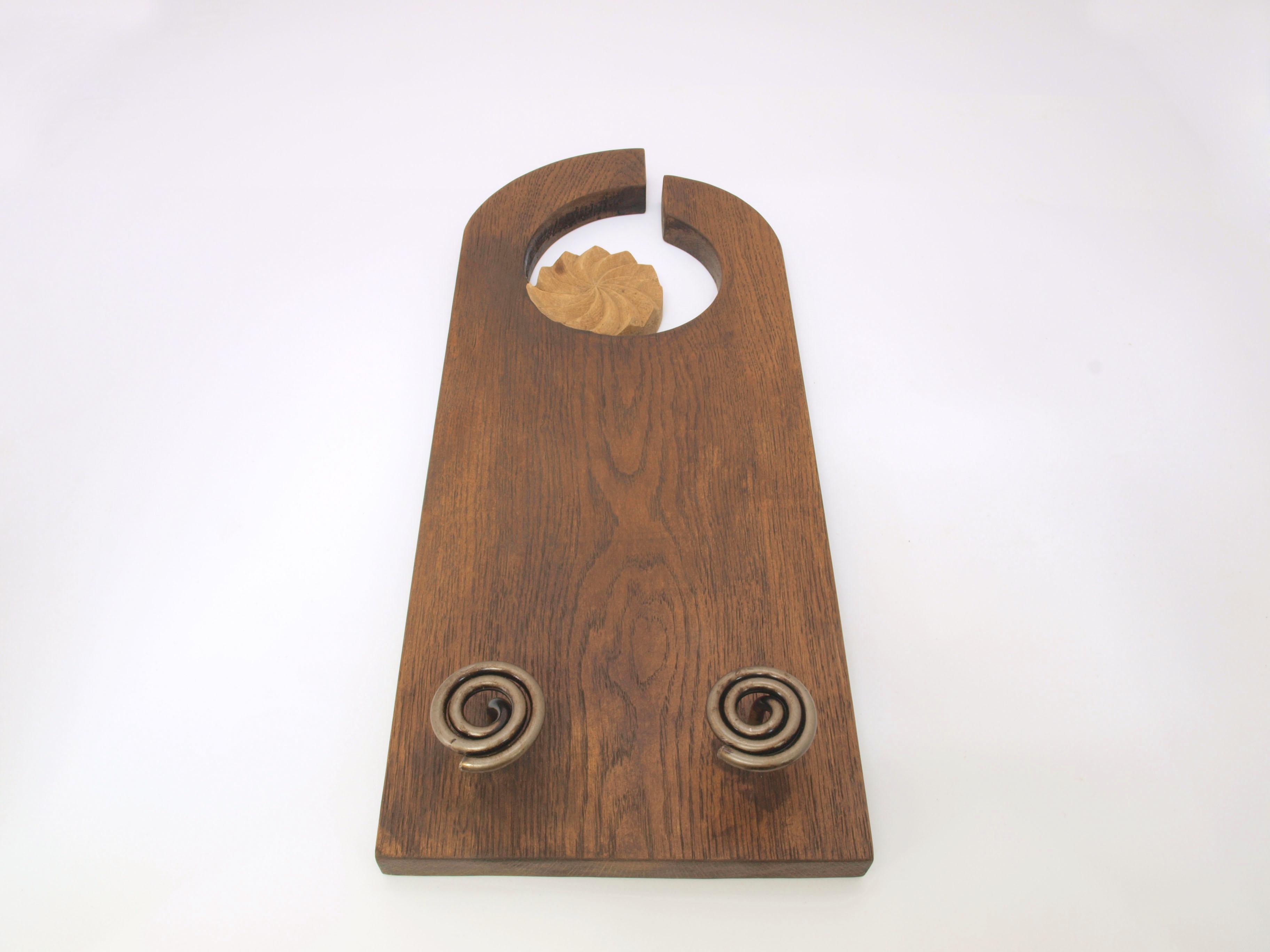 Perchero con estela tallado en madera de roble