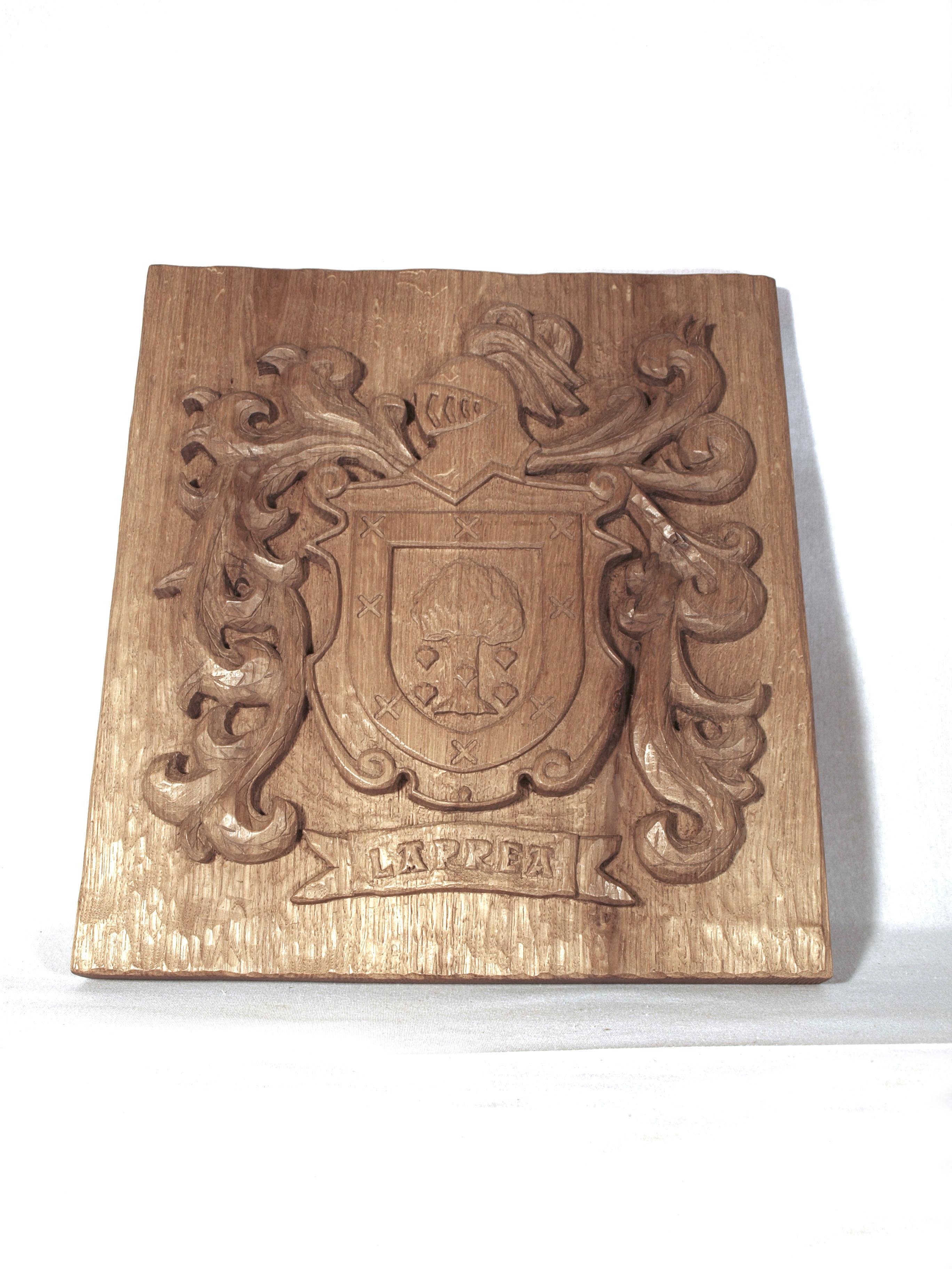 Escudo heráldico de un apellido tallado en madera de roble