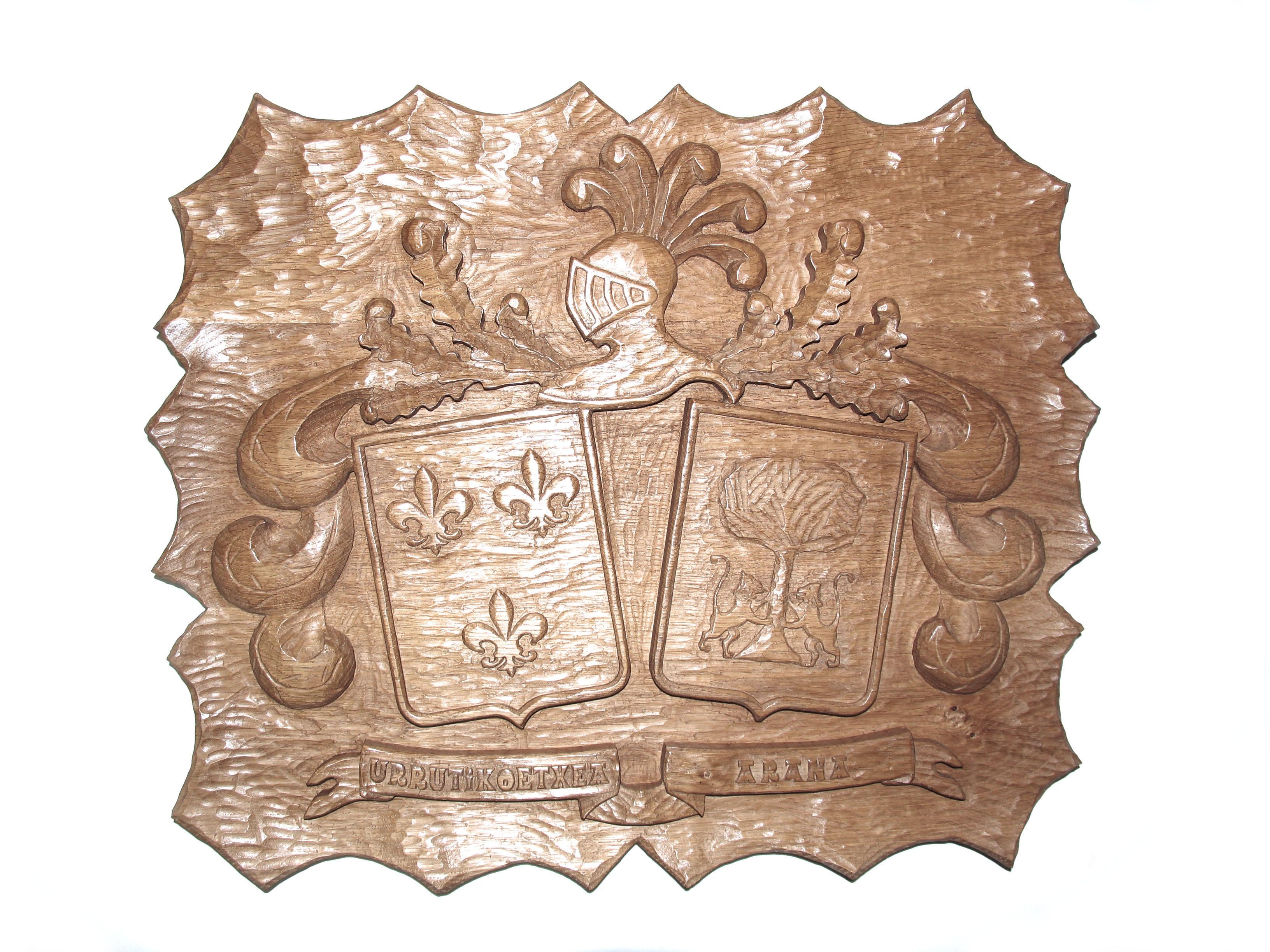 Escudo heráldico de dos apellidos tallado en madera de roble