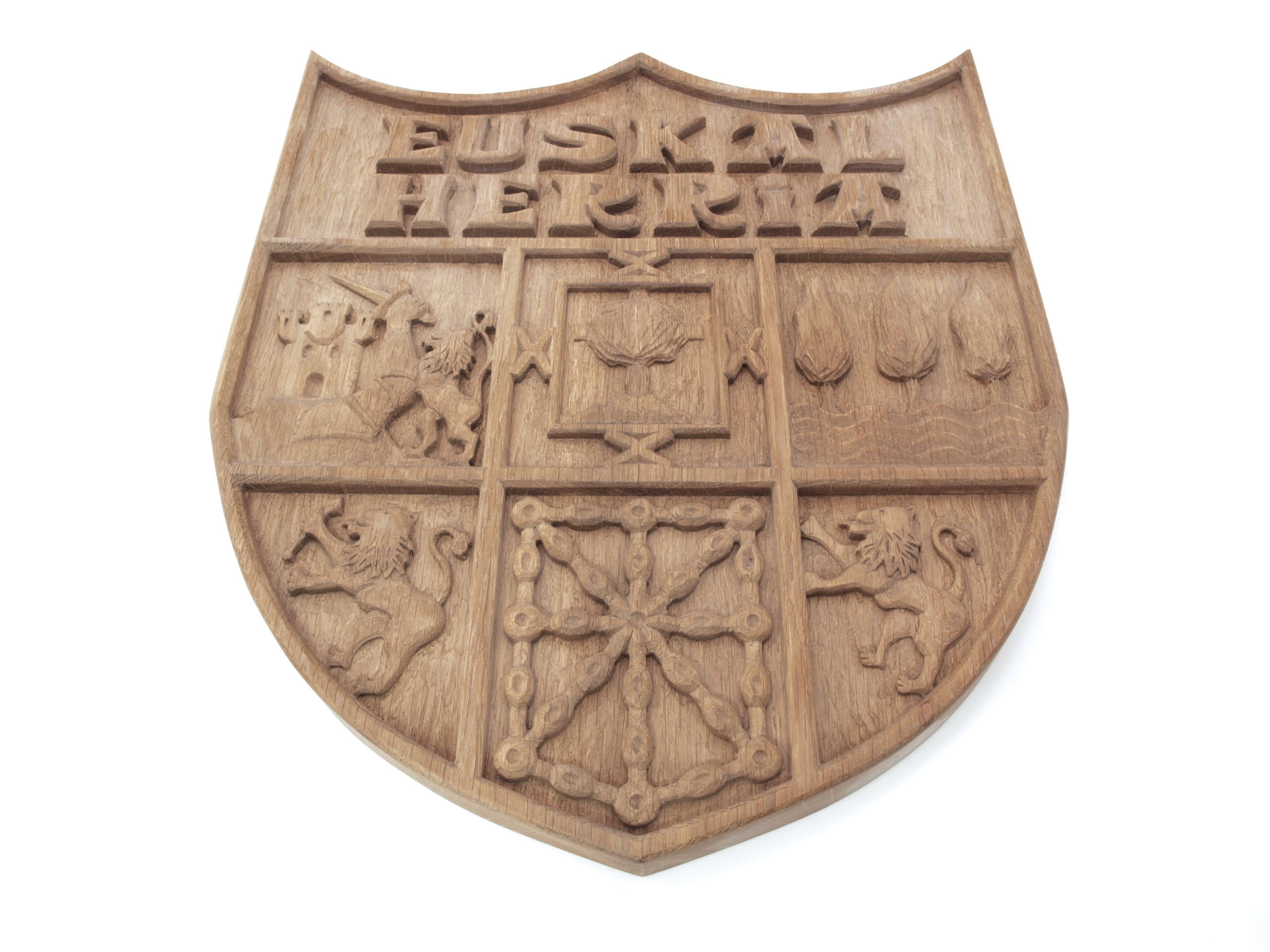 Escudo de Euskal Herria tallado en madera de roble