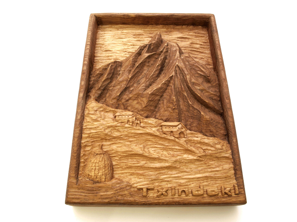 Relieve del monte Txindoki tallado en madera de roble