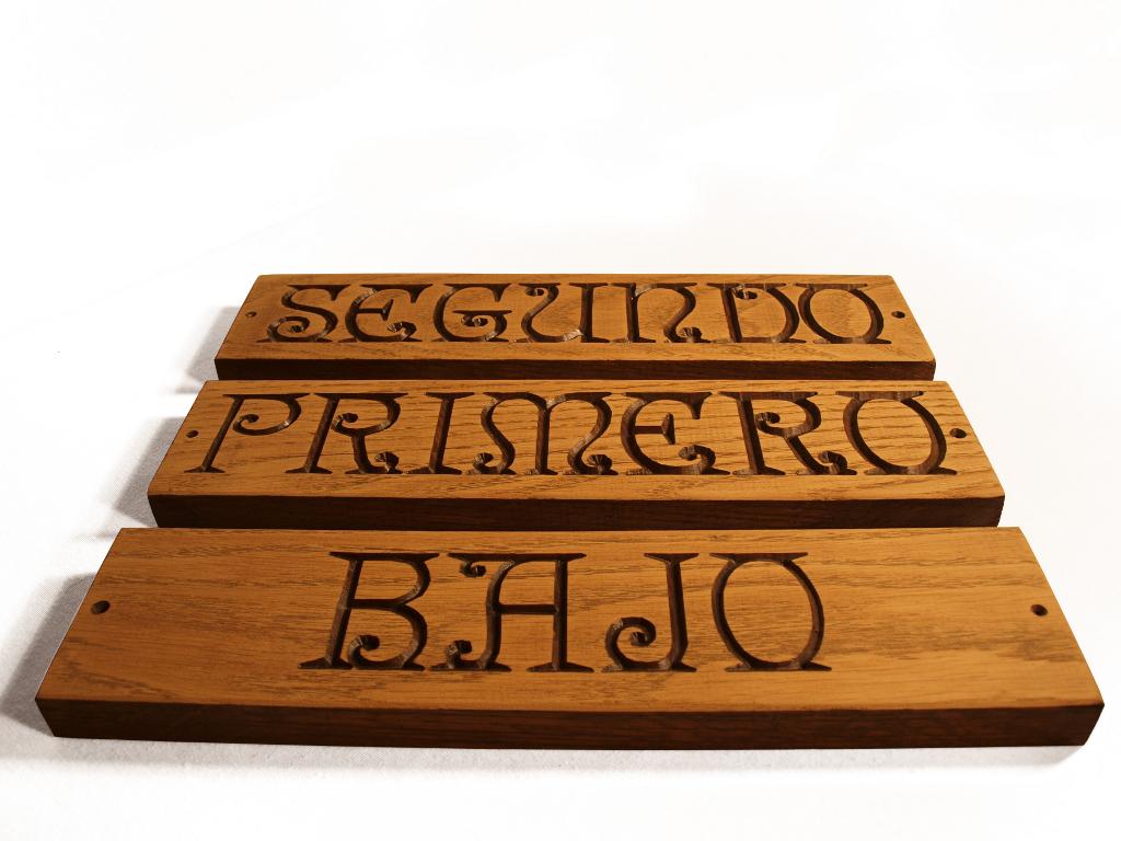 Cartel tallado en madera de roble en altorrelieve