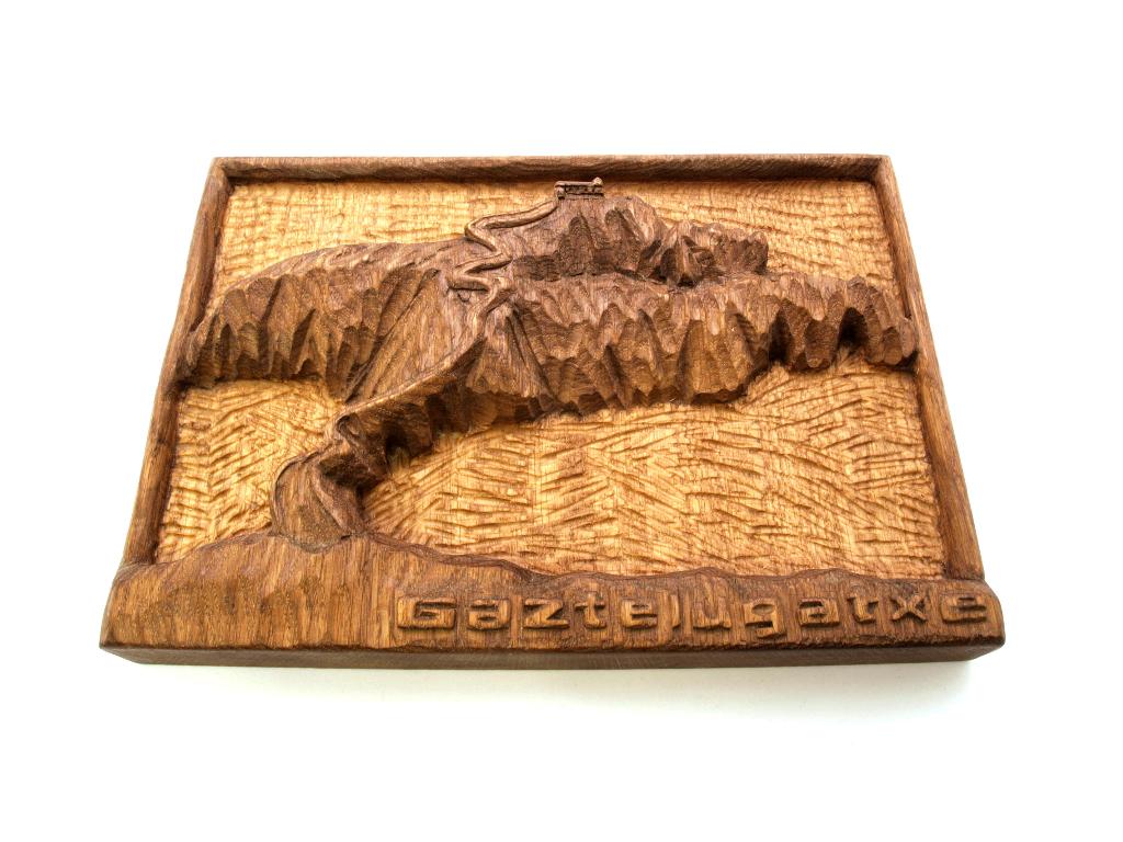 Relieve de San Juan de Gaztelugatxe tallado en madera de roble