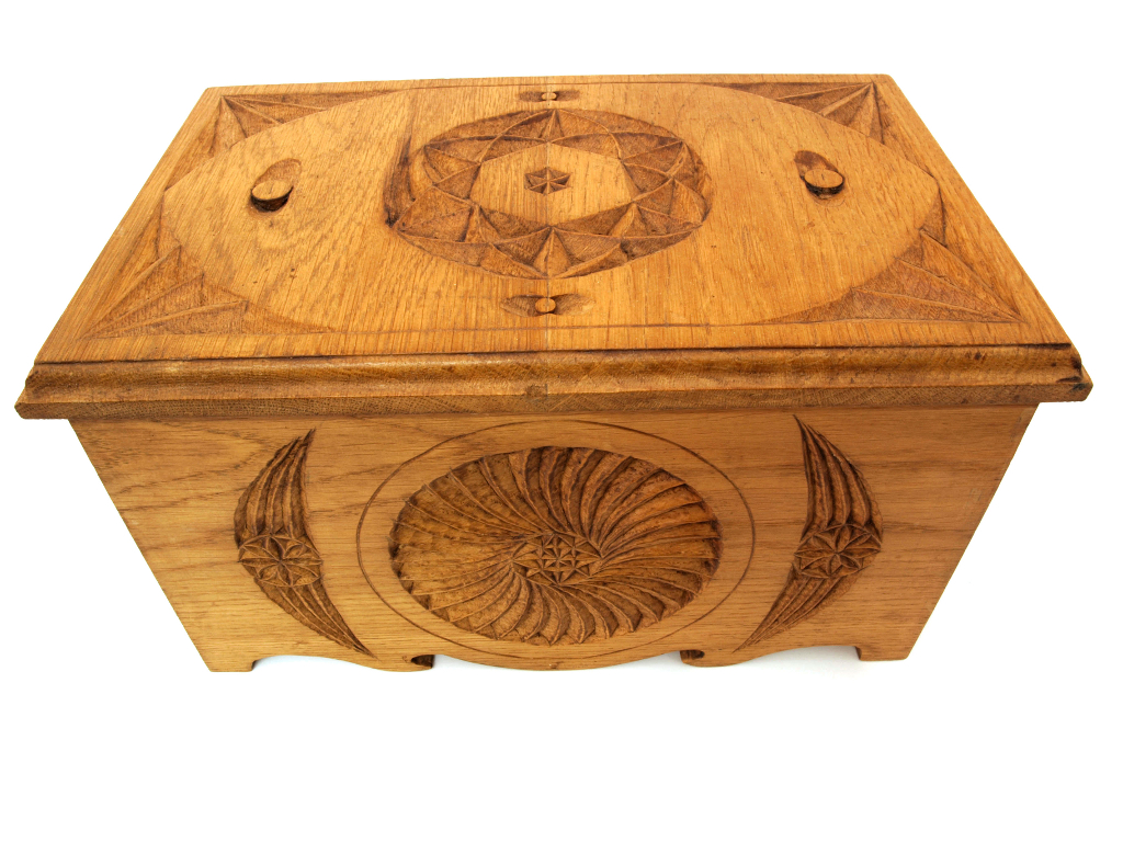 Kutxa tallada con motivos tradicionales en madera de castaño